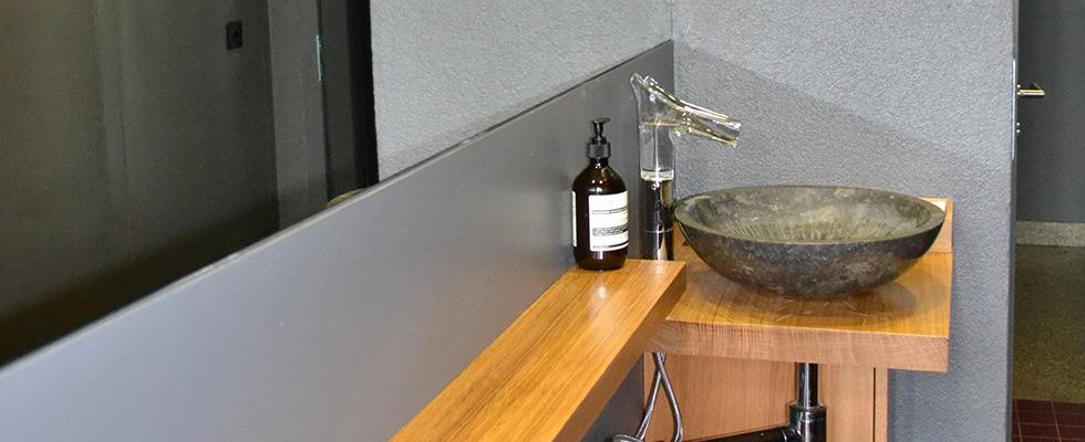 Kleines Waschbeckenmöbel Mit Massiver Eichenholz-Ablage