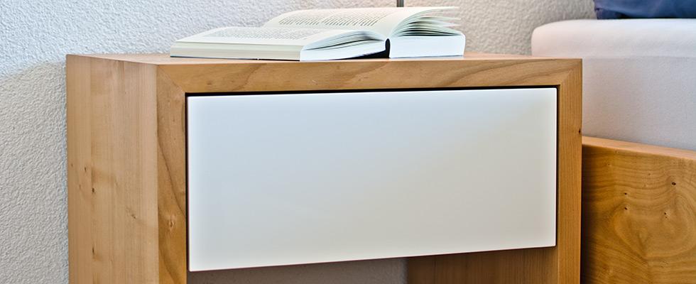 Nachttisch Mit Weiss Lackierter Schublade