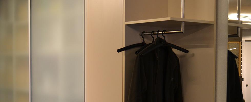 Garderobe Mit Anschliessendem Glas-Schiebetürschrank