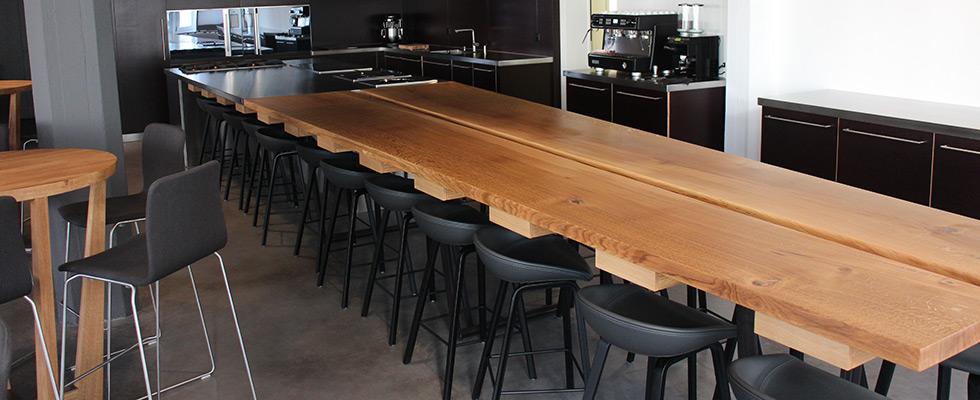 Tisch Mit Zwei Massiven Eichen-Klotzbretter. Sitzbank Und Stühle In Schwarzem Echtleder