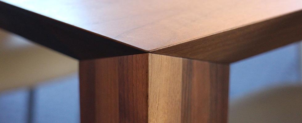 Allseitig Abgeschrägte Tischecke Mit Unsichtbarem Verbindungsbeschläge